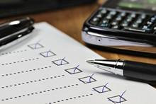 Abgehakte Checkliste Auf Schreibtisch