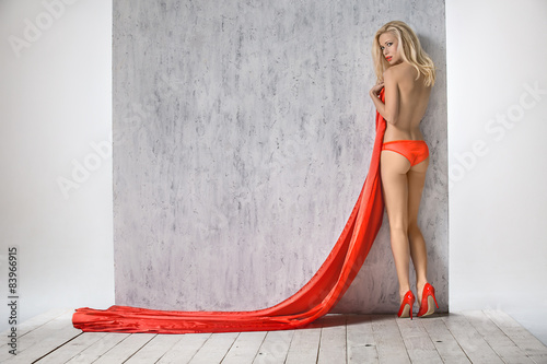 Photographie  Sexy blonde en short rouge vif