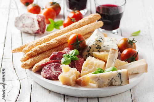 Photo Concept of italian antipasto with cheese and sausage