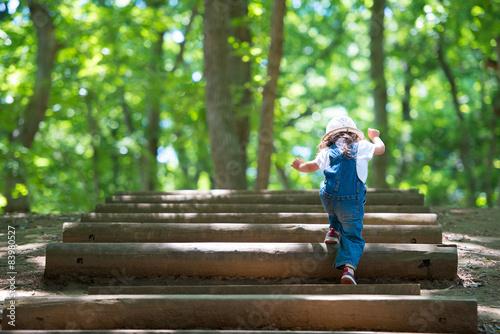Fotomural 森の中を歩く少女