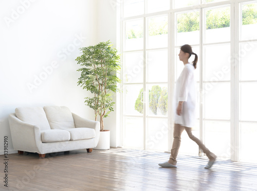 Fotografie, Obraz  インテリア・歩く女性