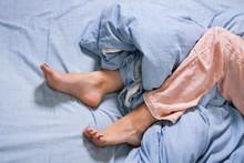 Weibliche Füße Mit Schlafanzug Im Bett Am Morgen
