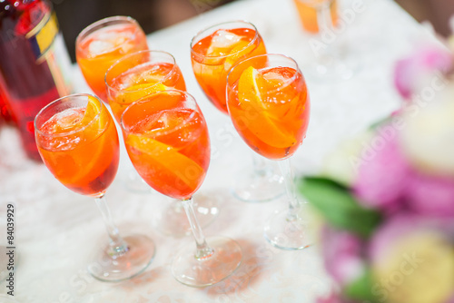 Photo  Glasses with orange cocktail on a festive table.