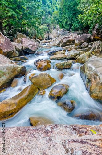 wodospad-w-dzungli-z-plynaca-woda-duze-skaly