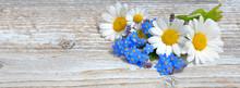Blumen Auf Einem Weißen Holzb...