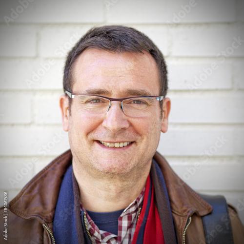 Hombre de cincuenta años con gafas sonriendo