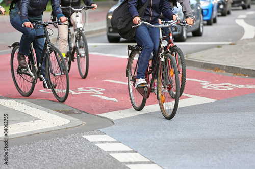 vier Räder auf Radweg