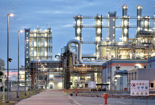 Staande foto Industrial geb. Industrieanlage - Chemiewerk bei Nacht // chemical plant