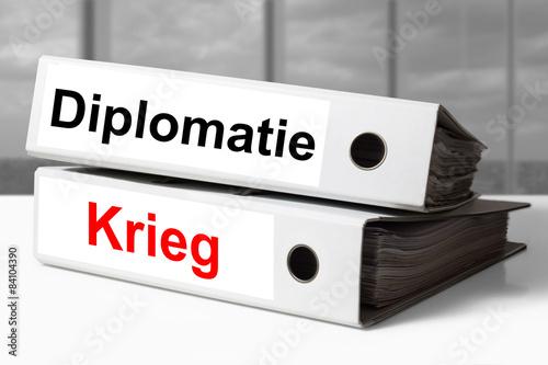 Fotografía  Stapel Aktenordner Diplomatie und Krieg