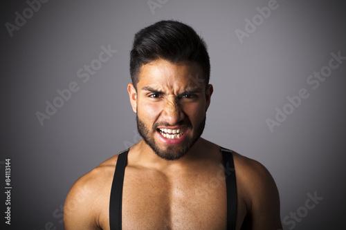 Photo Hombre con tirantes enfadado