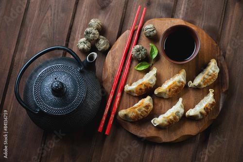 Photo  Above view of japanese traditional gyoza dumplings, studio shot