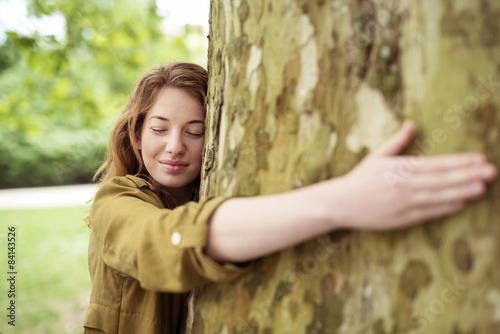 Fotografie, Obraz  frau umarmt einen baum mit geschlossenen augen