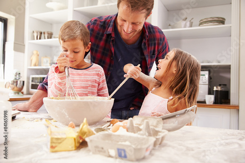 Photo sur Aluminium Cuisine Father baking with children