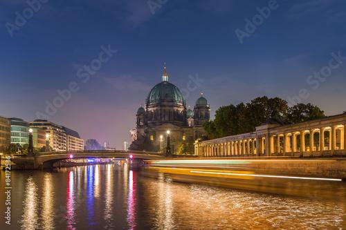 berlin-katedra-i-rzeka-sprewa-w-nocy-berlin