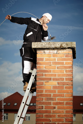 Valokuva Man cleaning chimney