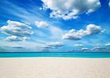 Plaża nad oceanem i błękitne niebo