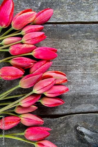 czerwone-tulipany-na-rustykalnej-powierzchni-drewnianych