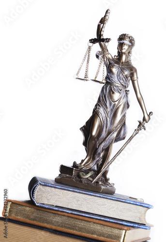 statua-sprawiedliwosci-na-bialym-tle