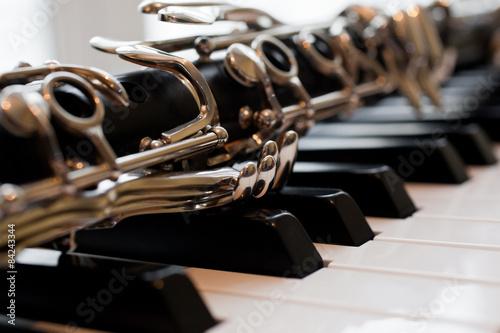 Fragment einer Klarinette, die auf Klaviertasten liegt Fototapete