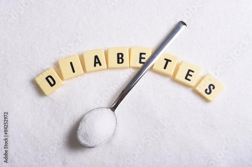 Fotografía  Letras de imprenta diabetes en palabras cruzadas y la cuchara sobre la pila de a