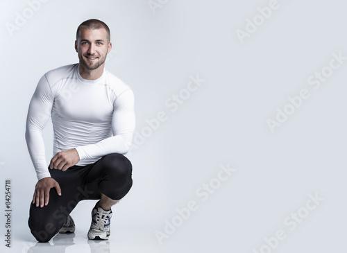 Attraktiver Sportler im hautengen Laufdress