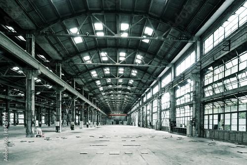 Foto auf Gartenposter Alte verlassene Gebäude Empty floor in abandoned factory