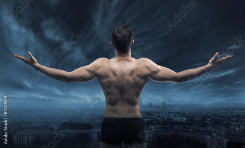 Fotografia  Muscular man looking at the town