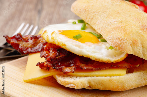 Deurstickers Gebakken Eieren Fried egg sandwich