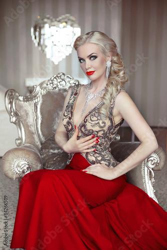Foto  Fashion model portrait of beautiful sensual blond woman with mak