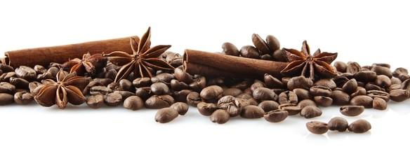 Rozrzucone ziarna kawy w linii na białym tle