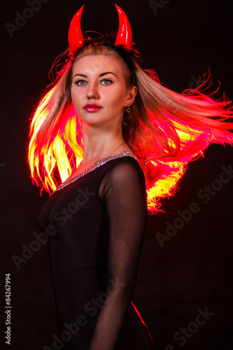 Fotografie, Obraz  Krásná mladá žena s červenými démonů rohy a červenými vlasy