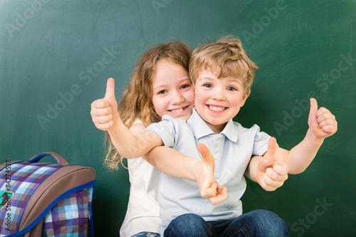plakat Schüler im Klassenraum Daumen hoch