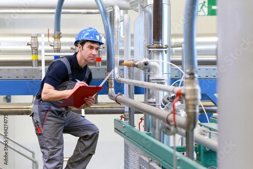 Fotografía  Industriearbeiter untersucht Anlage in Fabrik