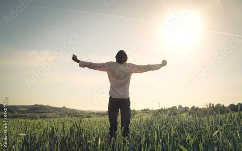 Carta da parati Happy man facing the sun