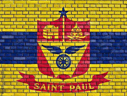 Photo  flag of Saint Paul painted on brick wall