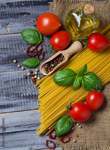 wloski-makaron-spozywczy-pomidor-bazylia-oliwa-z-oliwek-pieprz