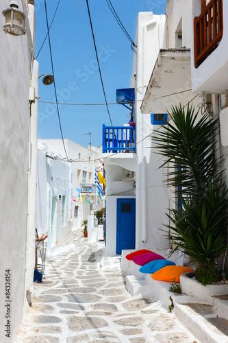 Fototapeta uliczka grecka-uliczka-w-bieli-z-blekitnym-niebem