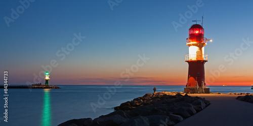 Cadres-photo bureau Phare Leuchttürme (Molenfeuer) am Hafen von Warnemünde bei Nacht
