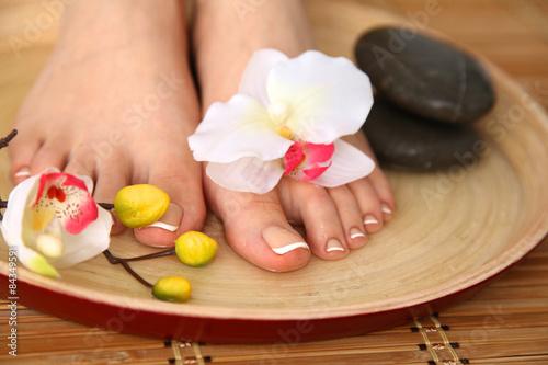 Foto op Plexiglas Care for beautiful woman legs with flower