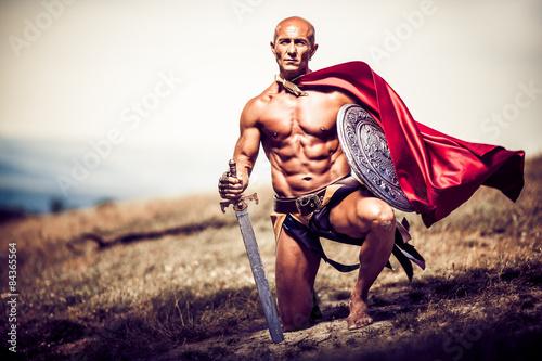 Foto  Gladiator, Bild eines gut gebauten Mannes, der eine Klinge und ein shiel hält