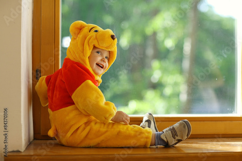 Photo  child dressed as a bear in the window