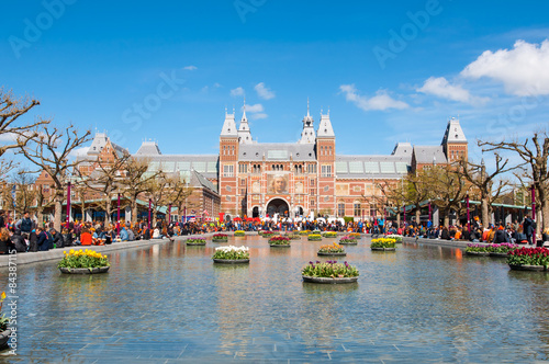 Fotobehang Amsterdam AMSTERDAM-APRIL 27: The Rijksmuseum during King's Day on April 27, 2015. The Rijksmuseum is the most important art museum in the Netherlands with thousands of old paintings in its collection.