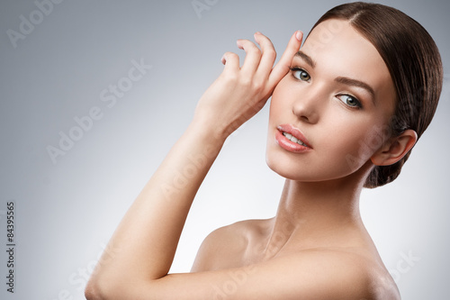 Fotografia  Young woman with beautiful face and soft skin
