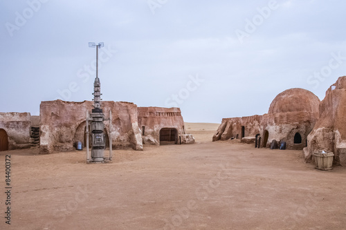 Widok zewnętrzny oryginalnego zestawu filmowego używanego w Star Wars jako Mos