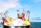 Butelki z gazowanym sokiem w wiaderku z lodem