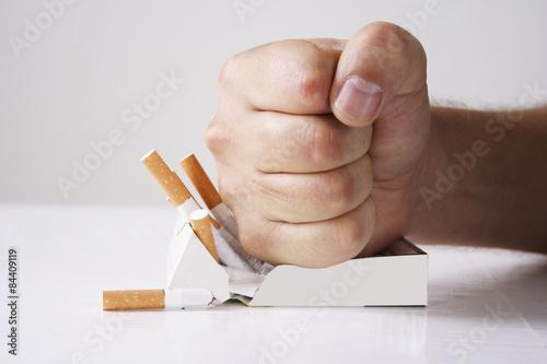 Fotografía Mano que machaca los cigarrillos