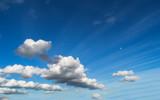 Chmury na błękitnym niebie