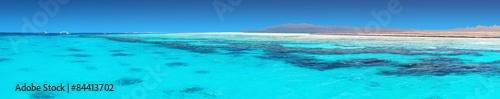 Krystalicznie czysta woda koralowa z Morza Czerwonego