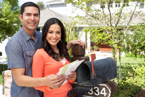 Cuadros en Lienzo Hispanic Couple Checking Mailbox