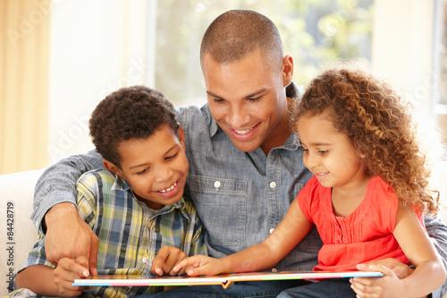 Obraz Father reading to children - fototapety do salonu